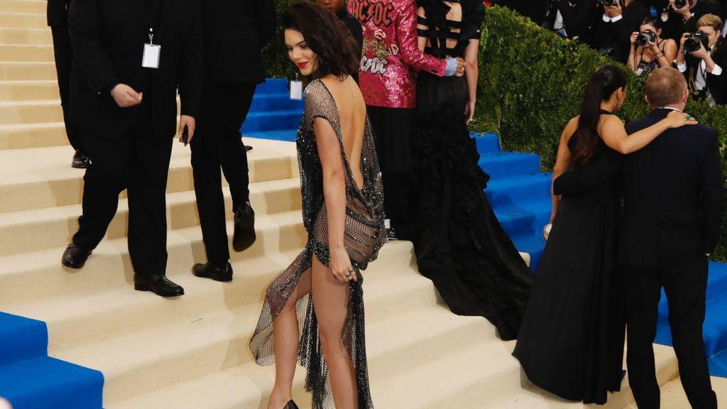 Pakai Gaun Seksi, Bokong Kendall Jenner Dipegang Pria