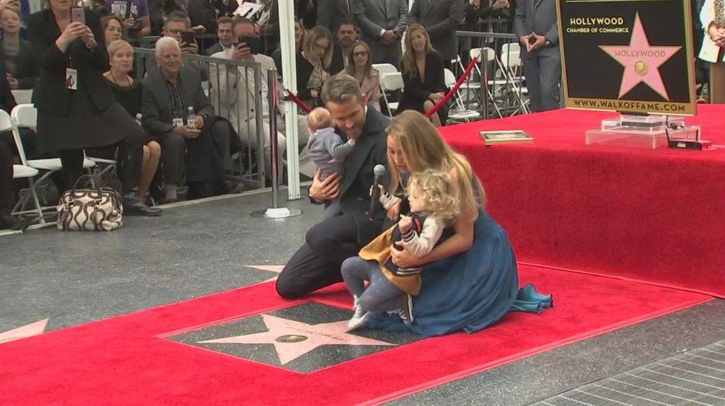 Ryan Reynolds Boyong Keluarga Saat Terima Bintang Hollywood Walk of Fame