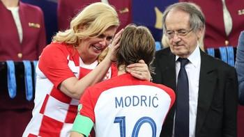 Presiden Kroasia Peluk Hangat Pemainnya yang Basah Kuyup