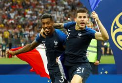 Kelakuan Lucu Lucas Hernandez Rayakan Trofi Piala Dunia