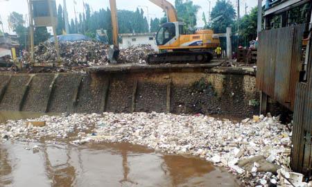 Tumpukan Sampah Akibatkan Banjir