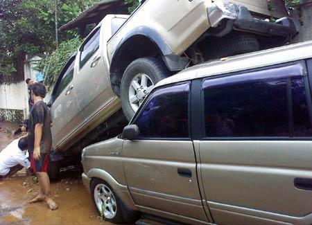 Puluhan Mobil Terseret Air