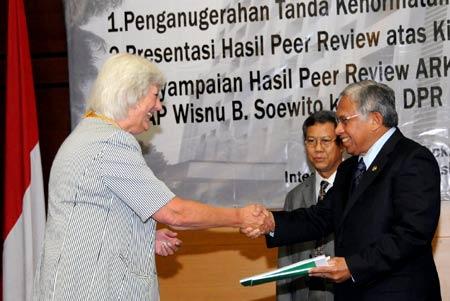 Penyerahan Hasil Peer Review BPK RI
