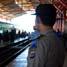 Meningkatnya penumpang kereta di Stasiun Lempuyangan pada arus balik H+3 Lebaran ini membuat personil polisi dari Poltabes Yogyakarta meningkatkan kewasapadaan guna mengantisipasi tindak kejahatan dan meningkatkan keamanan stasiun demi kelancaran arus balik Lebaran. (Reza Fitrianto).