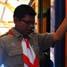Salah seorang anggota Gerakan Pramuka Kewarcab Kota Yogyakarta aktif membantu para penumpang kereta yang akan naik di stasiun Lempuyangan, Yogyakarta. (Reza Fitrianto).