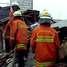 Petugas pemadam kebakaran dikerahkan ke lokasi.