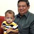 Dalam tinjauan ke Pusat Pelayanan Kesejahteraan Sosial (PPKS) Anak tersebut, Presiden SBY sempat memangku seorang bocah. Cahyo Bruri Sasmito/Rumgapres.