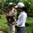 Seorang pemandu sedang memberikan penjelasan tentang kupu-kupu pada seorang pengunjung.