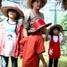 Pengunjung Taman Kupu-kupu tengah memperhatikan dan melihat-lihat deretan kepompong yang ada di rumah kepompong.
