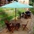 Kios makanan yang terletak di seberang Taman Kupu-kupu. Ada sekitar 16 meja bertenda yang bisa digunakan untuk duduk-duduk atau makan.