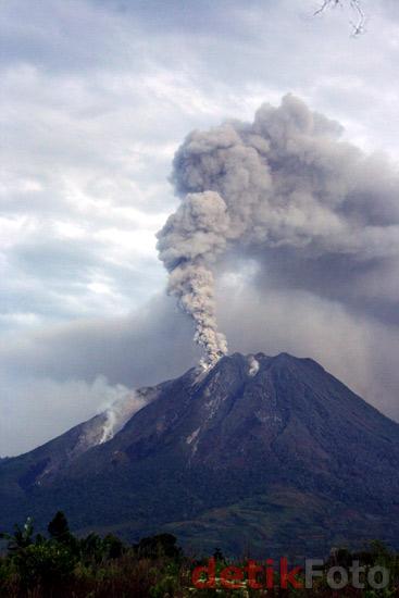 Gunung Sinabung Semburkan Asap