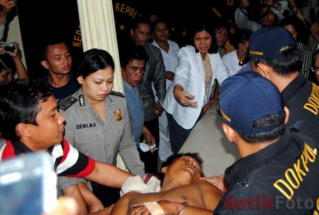 Tersangka yang Tertembak Tiba di RS Bhayangkara