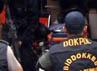 Salah satu anggota komplotan bersenjata yang ditembak polisi di Dolok Masihul, Serdang Bedagai, Sumut, diturunkan dari ambulans dengan pengawalan ketat.