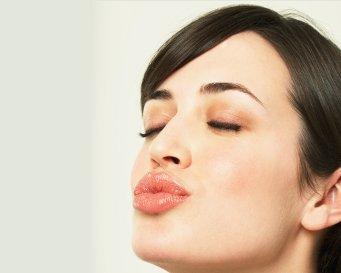 3 Cara Mencerahkan Bibir Berwarna Gelap
