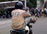 Aksi nekat ini dilakukan di Jalan Kramat Raya, Jakarta, Senin (13/12).