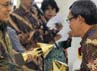Selain Penghargaan Citra Pelayanan Prima 2010 kepada Kepala BBAT Sungai Gelam Jambi Dwi Suharmanto, Kepala Stasiun Karantina Bandara Juanda Surabaya juga mendapatkan sertifikat sebagai pelayanan yang baik. (Budi A)