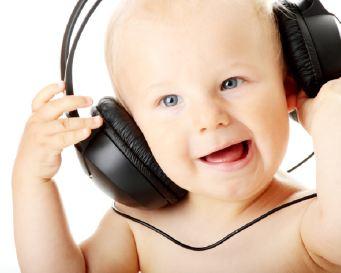4 Manfaat Mendengarkan Musik untuk Bayi
