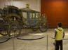 Anak sekolah mengunjungi Museum dan melihat kereta yang sempat dipakai oleh Raja Mohammad Reza Pahlavi. Kereta itu dibuat di Austria. Reuters/Caren Firouz.