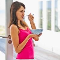 Untung Rugi Makan Sambil Berdiri
