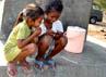Tiga bocah perempuan bermain di penampungan air yang kering di Belu, Nusa Tenggara Timur.