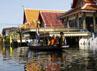 Sejumlah ruas jalan di Bangkok terendam banjir. Warga pun terpaksa melakukan aktivitasnya menggunakan perahu. Reuters/Sukree Sukplang.
