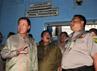 Amir dan Danny meninjau sel-sel dengan didampingi Kalapas Rutan Salemba Slamet Prihantara.