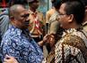 Wamenkum HAM Denny Indrayana berbincang dengan Gubernur Sumatera Utara nonaktif Syamsul Arifin.