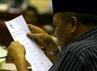 Anggota Komisi III membaca nama-nama capim KPK sebelum melakukan pemilihan. Dalam voting ini, masing-masing anggota Komisi III memilih satu nama dengan melingkrinya. Ramses/detikcom.
