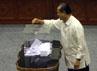 Setelah melakukan pemilihan, anggota Komisi III memasukan surat suara ke dalam kotak suara transparan yang diletakkan di tengah ruangan rapat. Ramses/detikcom.