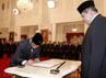 Ketua KPK terpilih Abraham Samad menandatangani surat pelantikan dengan disaksikan Presiden SBY. (www.presidenri.go.id).