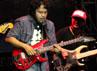 Sesekali, Balawan dan Baron pun melempar senyum sembari memetik gitarnya.
