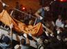 Anggota TNI AL mengevakuasi salah satu korban tewas, Kamis (22/12). Reuters/Sigit Pamungkas.