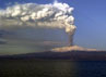 Letusan gunung yang terletak di sebelah selatan kota Sisilia, Italia itu memicu debu vulkanik yang dilontarkan ke udara, Kamis (5/1/2012). Reuters/Antonio Denti