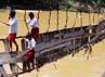 Hanya murid yang bisa berenang saja yang berani meniti jembatan yang putus sebelah itu. Sedang yang tidak bisa berenang harus memutar sejauh 6 kilometer. ANTARA/Asep Fathulrahman.