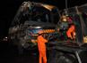 Petugas mengevakuasi bus Doa Ibu menggunakan mobil derek. 14 orang tewas dan puluhan orang lainya luka-luka dalam kecelakaan maut ini. Fikri Hidayat/detikcom.