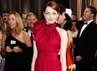 Emma Stone juga menarik perhatian dengan dress merahnya. Getty Images.