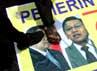 Para pendemo menginjak-injak spanduk bergambar SBY-Boediono.