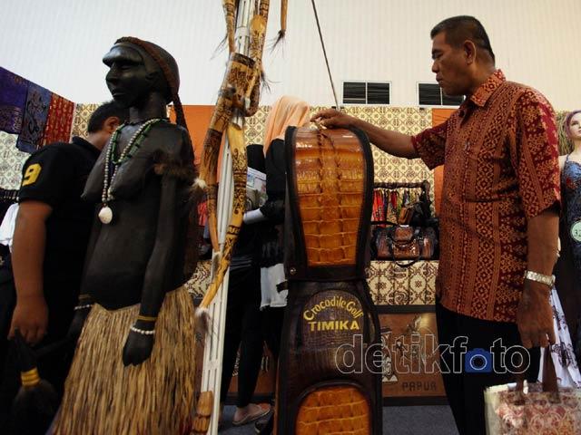 Patung & Ukiran Papua Curi Perhatian Warga Jakarta