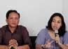 Wakil Koordinator KontraS, Indria Fernida (kedua kanan) bersama korban tragedi Talangsari tahun 1989, Tardi Nurdiansyah (kedua kiri) menyampaikan catatan sementara pemantauan KontraS terhadap seleksi calon anggota Komnas HAM 2012-2017 di Jakarta, Kamis (26/4).