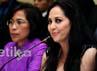 Dengan didampingi kuasa hukumnya, Dwi Ria Latifa, Meriam Belina dan Hotman Paris duduk diantaranya.