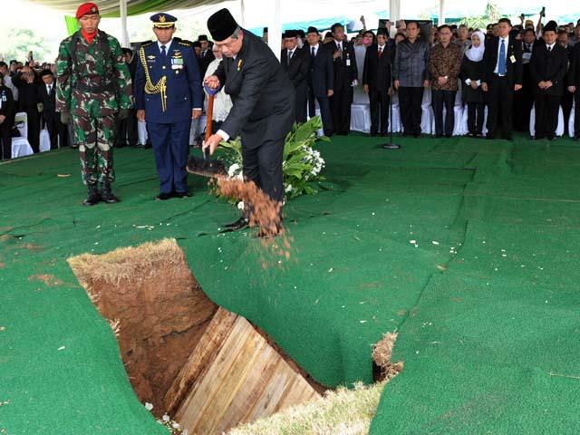 SBY Pimpin Pemakaman Mantan Menkes