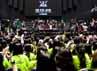 Suasana saat Hyun Joong high five dengan para fansnya. (Dok. Running Into The Sun)