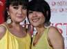 Aksi centil kedua ibu-ibu ini terinspirasi dari penyanyi idolanya Katy Perry
