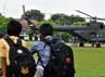 Masyarakat di sekitar lapangan Kopassus Grub II, Kandang Menjangan, Kartasura, diperbolehkan melihat dari dekat aksi terjun payung. (Aloysius Jarot Nugroho).