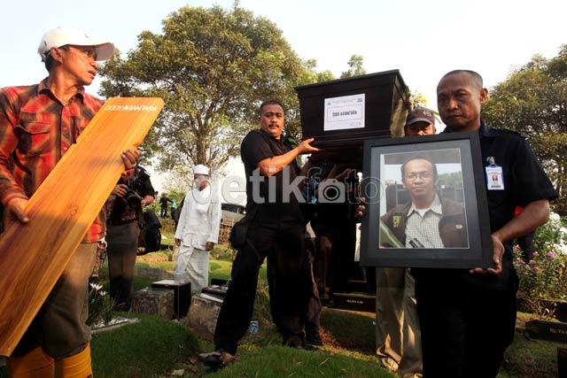 Isak Tangis Warnai Pemakaman Wartawan Angkasa