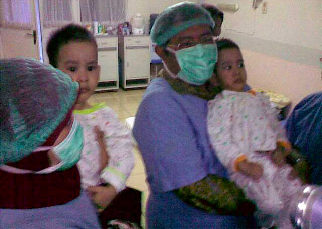 RSHS Serahkan Bayi Kembar Wanda-Wandi pada Gubernur Jabar
