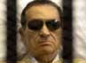 Mubarak yang berkacamata hitam mendengarkan vonis yang dibacakan majelis hakim. Reuters/Stringer.
