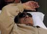 Mubarak yang terbaring di atas ranjang meninggalkan ruang sidang. Dalam persidangan tersebut, mantan presiden Mesir itu divonis penjara seumur hidup. Reuters/Stringer.