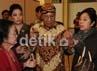 Pada 10 Mei 2012, Tedjowulan - seorang bangsawan berpangkat kolonel TNI AD - menyatakan bersedia melepas gelarnya dengan alasan demi kebaikan keraton dan mendukung upaya pemerintah merukunkan kedua pihak. Dia akan bergabung pada kakaknya, Paku Buwono XIII Hangabehi untuk bersama-sama mengelola keraton sebagai pusat kebudayaan. Ramses/detikcom.