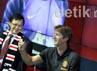 Kiper legendaris Manchester United itu mengabadikan gambar para fans-nya yang hadir dengan menggunakan ponsel.